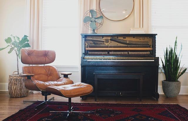 křeslo u piana