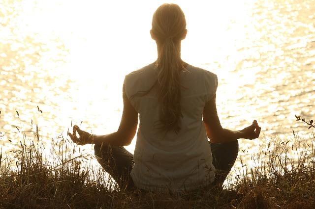 meditující dívka