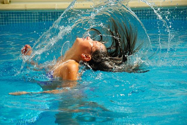 hrátky v bazénu