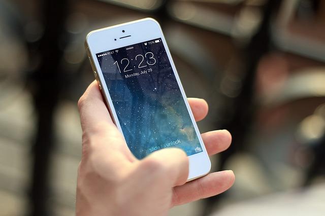 bílý mobilní telefon